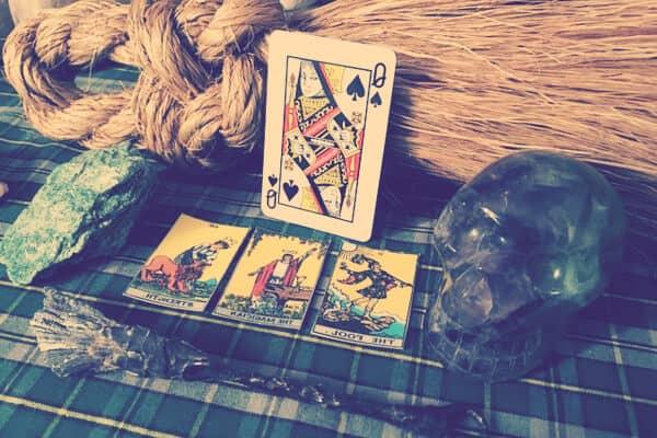 Cartas tarot con calavera negra y una varita